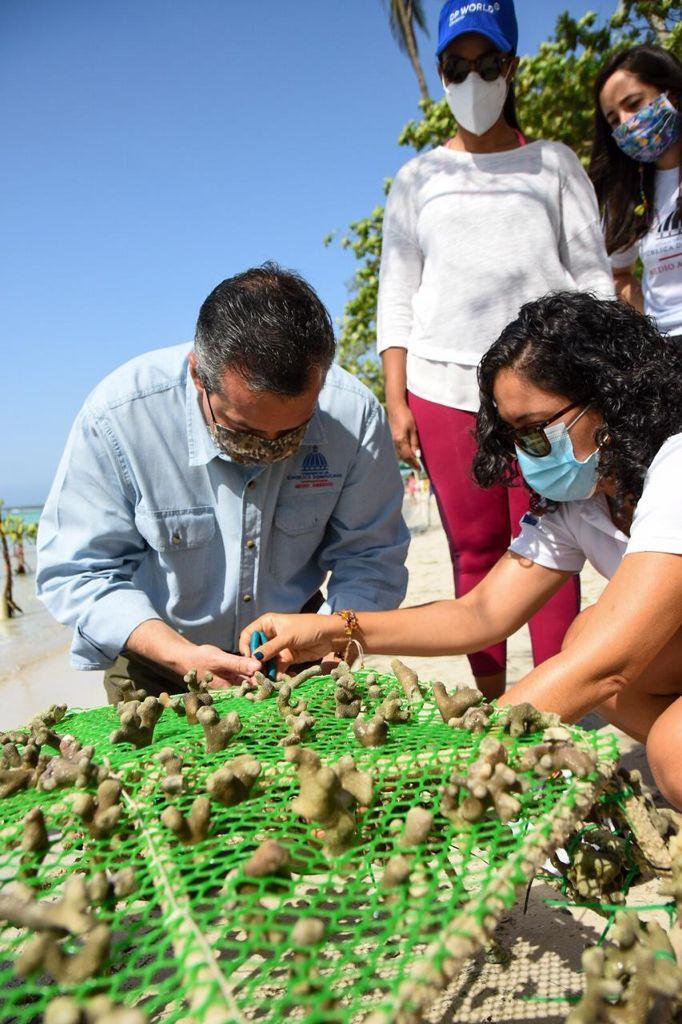 Ministro de Medio Ambiente participa en el cierre de Jornada de Educación Medioambiental y Restauración de Corales en Boca Chica